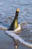 fles op het strand met een bericht 2 stock foto