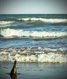 fles op het strand met een bericht royalty-vrije stock afbeeldingen