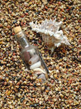 Fles op overzees-strand achtergrond royalty-vrije stock foto's