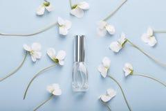 Fles parfum op viooltjebloemen royalty-vrije stock afbeeldingen