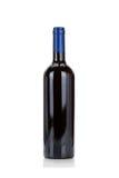 Fles rode wijn die op wit wordt geïsoleerde Royalty-vrije Stock Foto's