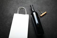 Fles rode wijn, een alcoholische drank stock foto