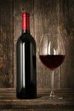 Fles rode wijn en glas Stock Foto's
