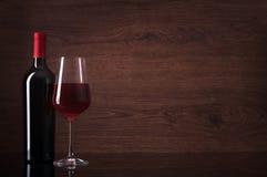 Fles Rode Wijn en Glas Royalty-vrije Stock Foto's