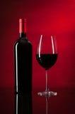 Fles Rode Wijn en Glas Royalty-vrije Stock Afbeeldingen