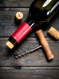Fles rode wijn met een kurketrekker royalty-vrije stock foto's