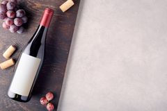 Fles rode wijn met etiket stock afbeelding