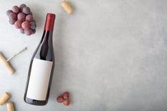 Fles rode wijn met etiket stock foto's