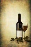 Fles rode wijn met glas op geweven grunge Stock Foto's