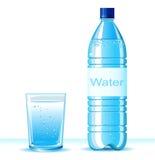 Fles schoon water en glas op witte backgroun Stock Afbeeldingen