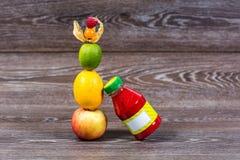 Fles smoothie met verse appel, citroen, kalk, physalis, frambozen Royalty-vrije Stock Afbeeldingen