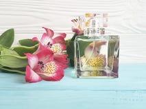 Fles van alstroemeriadecoratie van de parfumbloem mooi op een houten achtergrond royalty-vrije stock fotografie