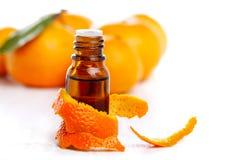 Fles van aromatische essentie en sinaasappel stock afbeelding