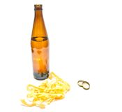 Fles van bier en pijlinktvisringenclose-up Stock Afbeelding