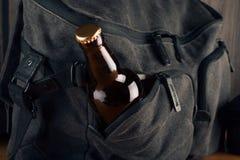 Fles van bier en reiszak royalty-vrije stock afbeeldingen