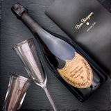 Fles van Champagne Dom Perignon Vintage 2005 met wijnglas twee royalty-vrije stock fotografie