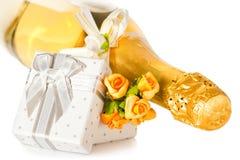 Fles van champagne en presint doos Stock Afbeeldingen
