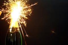 fles van champagne en sterretjes Stock Afbeelding
