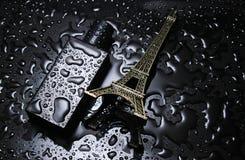 Fles van Franse men' s parfum, beeldje van de Eyfeleve-toren stock foto