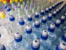 Fles van het deksel de plastic water in de markt multi-colored plastic kroonkurken stock foto's