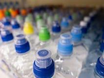 Fles van het deksel de plastic water in de markt multi-colored plastic kroonkurken royalty-vrije stock foto's
