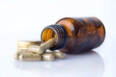 Fles van homeopatic pillen met sommige pillen Royalty-vrije Stock Afbeeldingen