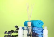 Fles van luchtverfrissing, lavander en handdoeken stock foto