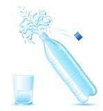 Fles van mineraalwater het bespatten en glasisola Stock Afbeeldingen