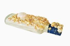 Fles van overwoekerde overzeese shells Royalty-vrije Stock Afbeeldingen