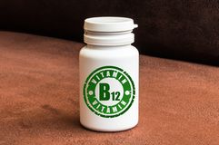 Fles van pillen met vitamine B12 royalty-vrije stock afbeelding
