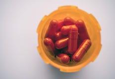 Fles van rode die capsules hierboven worden gezien van royalty-vrije stock fotografie