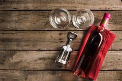 Fles van roze wijn en wijnglazen Stock Fotografie