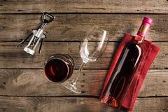 Fles van roze wijn en wijnglazen Royalty-vrije Stock Foto