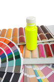 Fles van verf op de kleurencatalogi stock foto