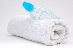 Fles van water en handdoek Royalty-vrije Stock Foto