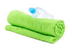 Fles van water en handdoek Stock Foto's