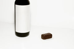 Fles van wijn en chocoladesuikergoed Royalty-vrije Stock Afbeeldingen