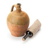 Fles van wijn en oude amfora Stock Afbeeldingen