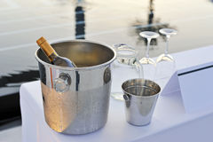 Fles van wijnglazen en pool Royalty-vrije Stock Afbeeldingen