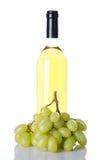 Fles van witte wijn en witte druiven Stock Afbeeldingen