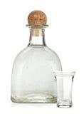 Fles van zilveren tequila en ontsproten met kalkplak royalty-vrije stock afbeelding