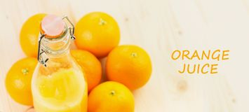 Fles vers gedrukt jus d'orange met sinaasappelen royalty-vrije stock afbeeldingen