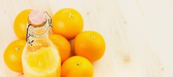Fles vers gedrukt jus d'orange met sinaasappelen royalty-vrije stock afbeelding