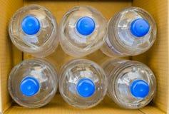 Fles water in hoogste mening voor pak van zes in blauw GLB de kartondoos stock fotografie