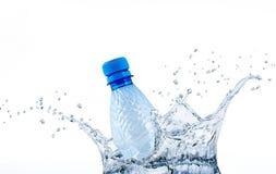 Fles in waterplonsen royalty-vrije stock fotografie