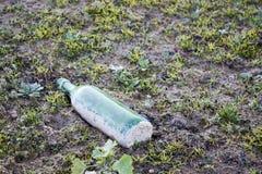 Fles wegwerp op een gebied Stock Fotografie