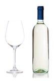 Fles wijn en glas op wit Royalty-vrije Stock Foto's