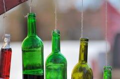 Fles wijn het hangen op een koord Stock Fotografie