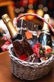 Fles wijn in mand Royalty-vrije Stock Afbeelding