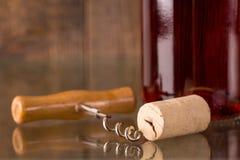 Fles wijn met cork en kurketrekker Stock Foto